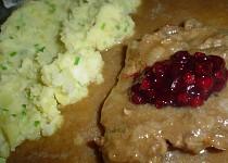 Hovězí plátky na víně s brusinkami, šťouchané brambory