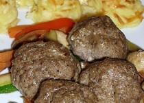 Masové koule na opečené zelenině s bramborovo-sýrovými kopečky