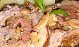 Česneková vepřová roláda s pórkem, uzeným sýrem a uzeninou