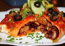 Enchilada s vepřovým masem a červenými fazolemi