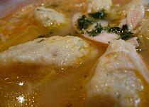 Polévka z pečeného kuřete s knedlíčky z opražené hrubé mouky