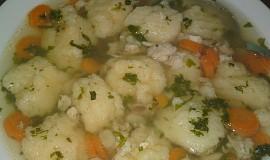 Polévka z kuřecích hřbetů s krupicovými haluškami