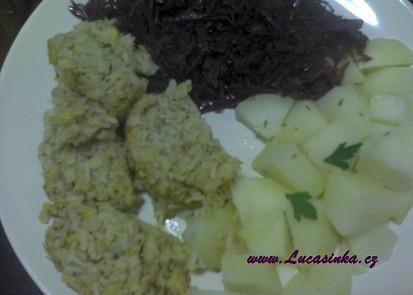 s červeným zelím a vařeným bramborem