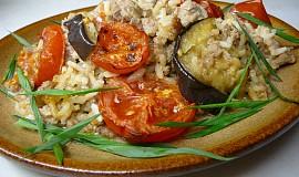 Zapečené mleté maso s rýží, lilkem a rajčaty
