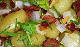 Opečené česnekové gnocchi se slaninou, pórkem a pažitkou