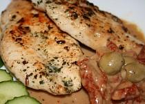 Kuřecí plátky na bazalce s olivovým přelivem a sušenými rajčaty