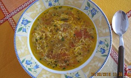 Cibulová polévka s rajčaty