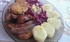 Pečené maso s červeným zelím a bramborovým knedlíkem