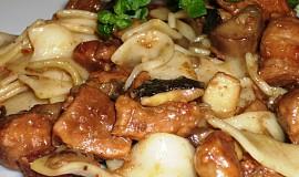 Těstoviny s houbami a pečeným masem