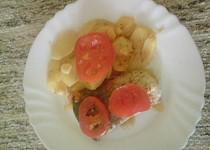 Zapečený kapr s bramborama a rajčaty