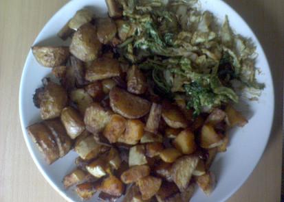 Pecena dyne, pecene brambory s mrkvi a petrzeli a kapusta
