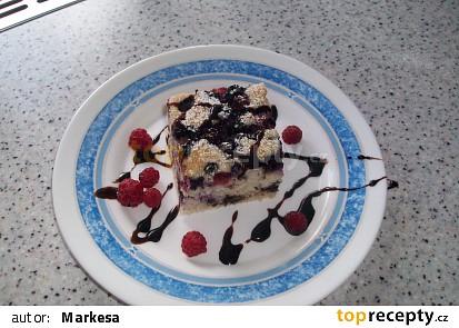 koláč můžete ozdobit čerstvým ovocem a čoko. polevou
