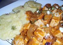 Tofu gulášek s polentovým knedlíkem