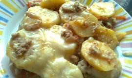 Zapečené brambory s tuňákem, rajčaty a bešamelem