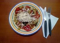 Kuře na rajčatech a paprikách