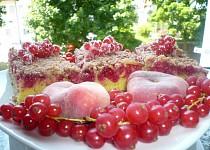 Rybízový koláč s čokodrobenkou a marcipánem