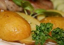 Brambory s bylinkovým máslem v alobalu