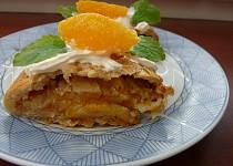 Závin s náplní pomeranče, jablek a meduňky