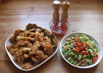 Kuřecí nudličky v hořčičném těstíčku s těstovinovým salátem a chilli omáčkou