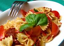 Těstovinový salát se sušenými rajčaty, chorizem a bazalkou