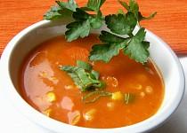 Tomatová polévka s kukuřicí a fazolemi