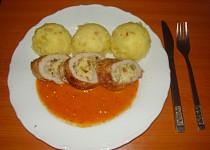 Kuřecí roláda plněná vaječinou s rajčatovou omáčkou s bazalkou