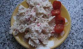 Těstovinový salát s krabími tyčinkami