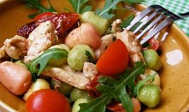 Gnocchi s rukolou, kuřecím masem a rajčátky