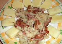 Kysané zelí s uzeným masem a bramborovým knedlíkem