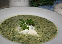 Špenátová polévka se zakysanou smetanou a nivou