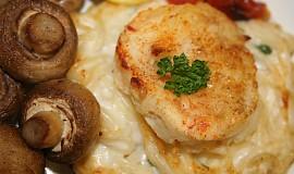 Rybí filé na sýrovém hnízdě s pečenými žampióny