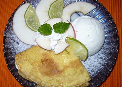 palačinky plněné tvarohem,s jogurtovou zmrzlinou,ovocem a šlehačkou