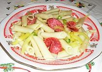 Těstovinový salát se salámem