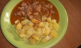 Vepřové maso se zeleninou a opékanými brambory