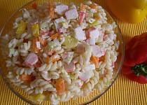 Barevný salát z krabích tyčinek