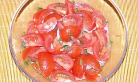 Rajčatový salát s celerovou natí