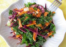 Zdravý salát z červeného zelí a kadeřávku
