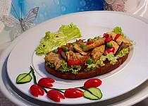 Krůtí topinka s houbami a sušenými rajčaty