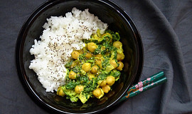 Cizrnové kari se špenátem a jasmínovou rýží