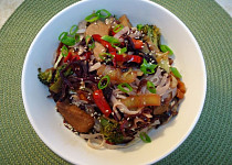 Kuřecí prsa s brokolicí, červeným zelím a rýžovými nudlemi