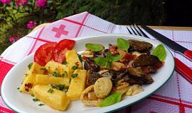Opečená polenta se směsí lesních hub, slaniny a  zeleniny