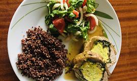 Vepřová roláda s medvědím česnekem, vejci, quinou a salátkem