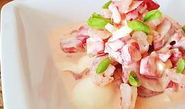 Rajčatový salát s majolkou/jogurtem a krevetami
