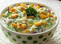 Okurkový salát s jogurtem a kukuřicí