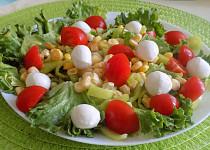 Míchaný salát s kukuřicí