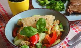 Zeleninový salát s chlebovými krutónky a parmazánovým chipsem