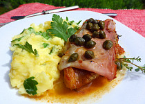 Vepřové plátky se sušenou šunkou, tymiánem a máslovou omáčkou s kapary