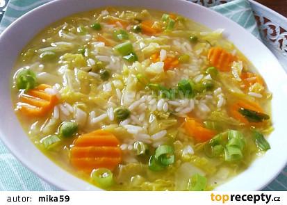 Kapustová polévka s mrkví a rýži