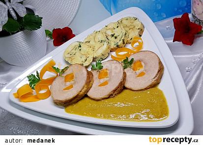Vepřová kýta špikovaná domácí slaninou, mrkví, se zeleninovou omáčkou (PH)