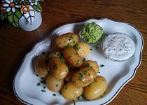 Nové brambory s česnekovým máslem a studenou omáčkou z Nivy